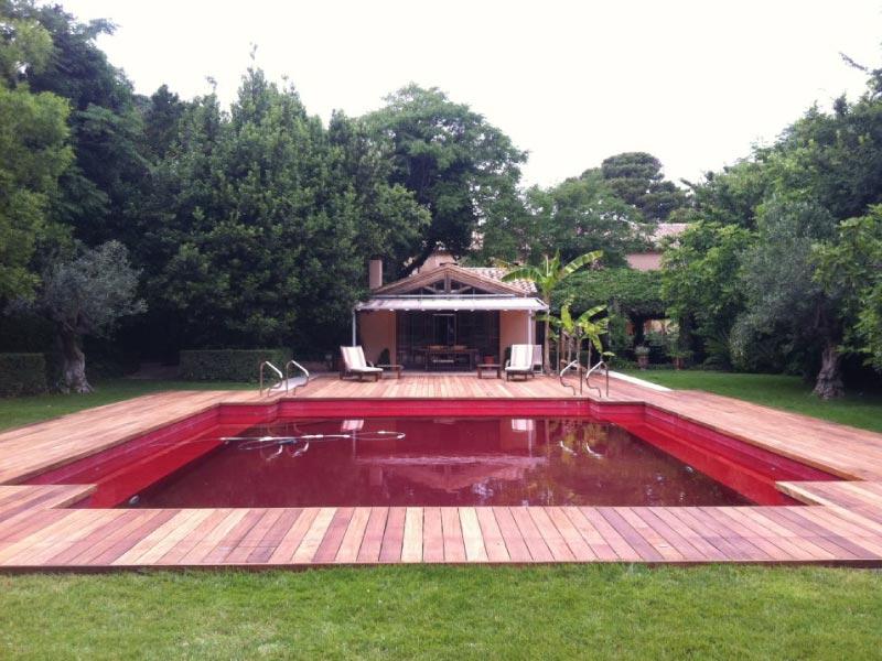 terrasse en bois rouge dans la nature